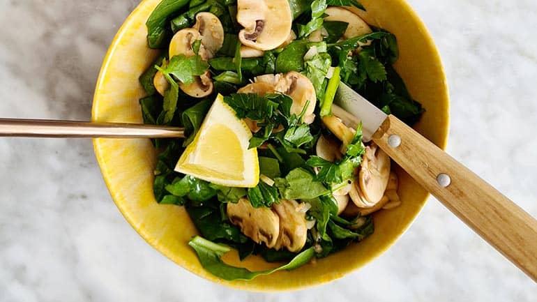 Champignonsalade met spinazie recept