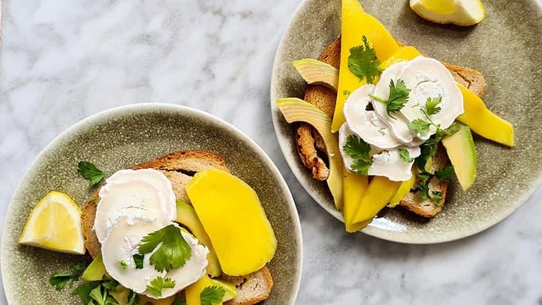 Toast met mango en geitenkaas