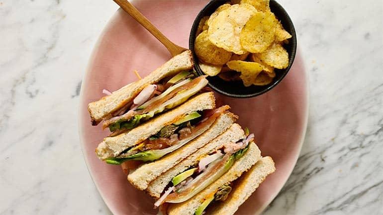 Club sandwich met gerookte zalm recept