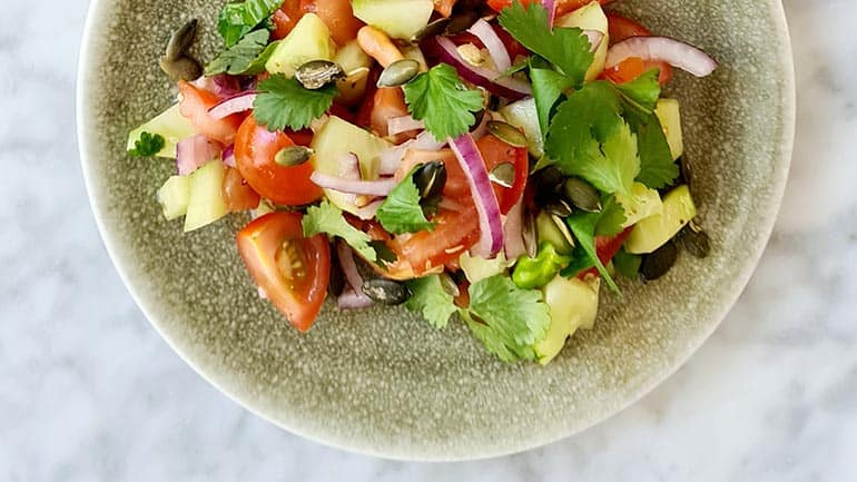 Simpele komkommer tomatensalade recept