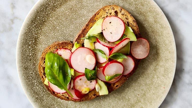 Toast met radijs en avocado recept
