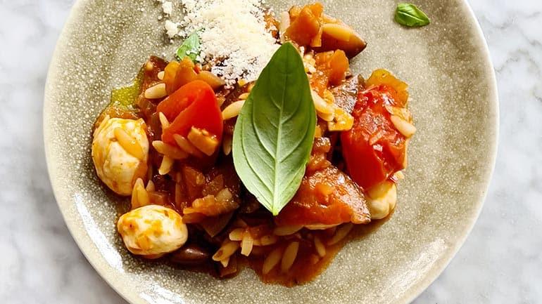 Italiaanse orzo aubergine maken