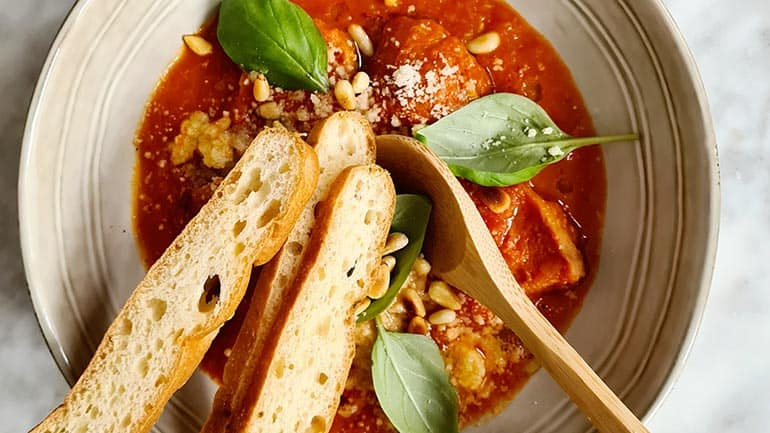Tomatensoep met pijnboompitten en ciabatta Italiaanse soep