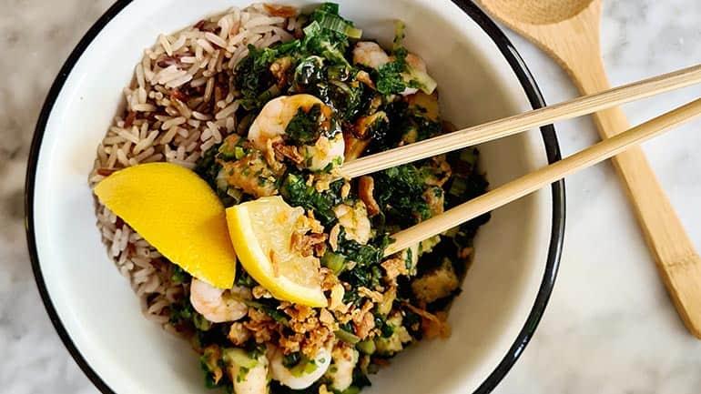 Roergebakken spinazie varkensvlees en garnalen recept
