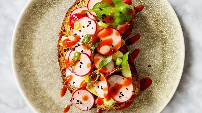Toast met radijs en avocado