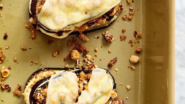 Aubergine met raclette kaas en noten