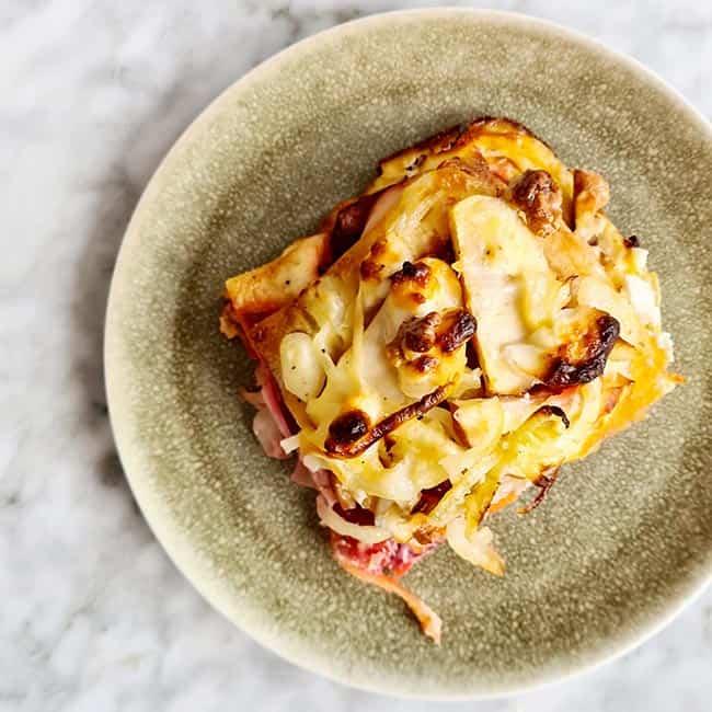 Lasagne op bord met rode biet appel en geitenkaas
