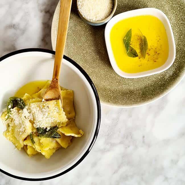 Ravioli met salie en saus van boter