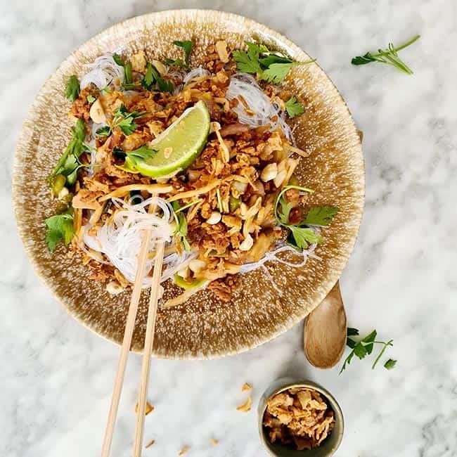 Thaise wokgroente met stokjes eten
