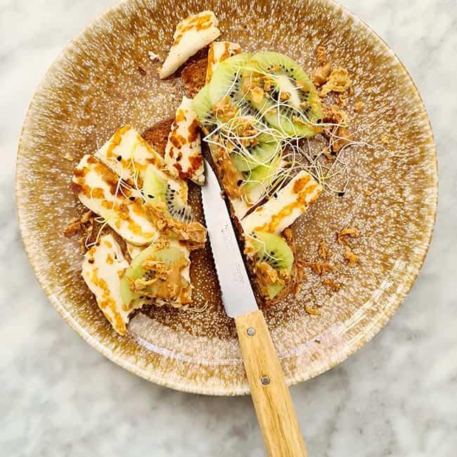 Kiwi pindakaas en halloumi lunch