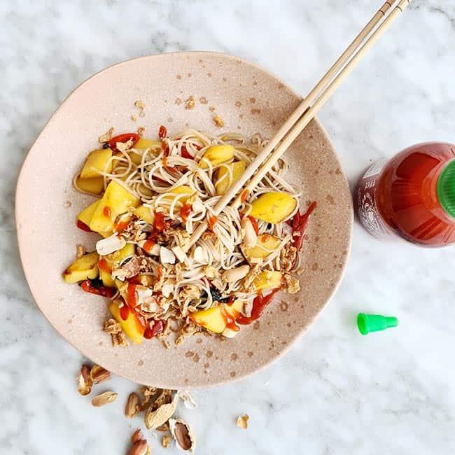 Noedels met mango en rode peper recept