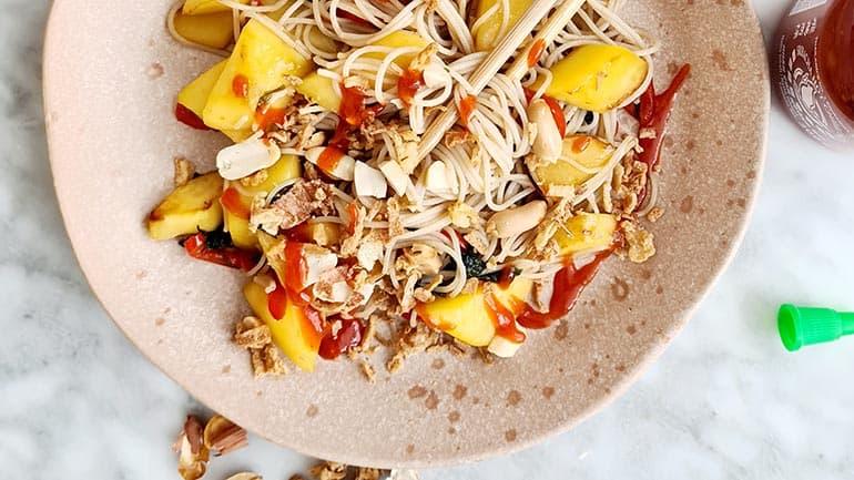 Noedels met mango en rode peper