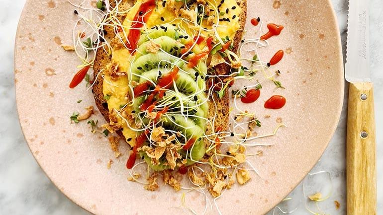 Pittige pompoen hummus met kiwi op toast