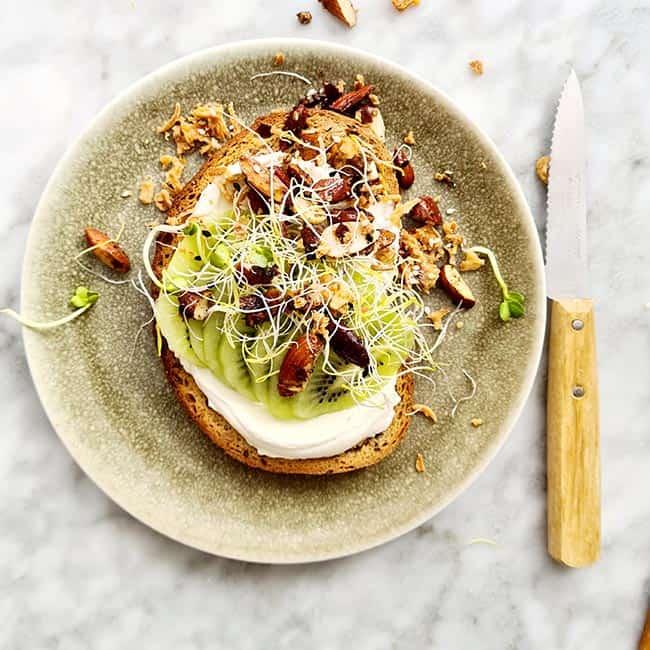 Toast met kiwi zuivelspread en noten