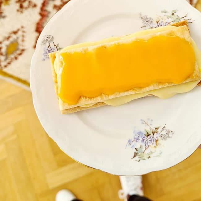 Oranje tompouce eten