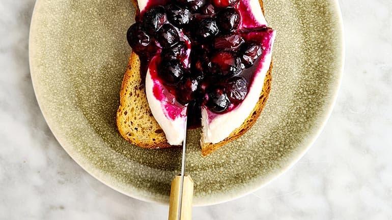 Toast met zoete ricotta en blauwe bessen