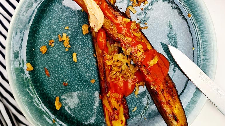 Aubergine met bruschetta kruiden en hotsaus